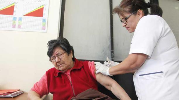 En el Centro de Salud N° 2 empezó la vacunación a grupos vulnerables contra la Gripe AH1N1. Foto: Galo Paguay / EL COMERCIO