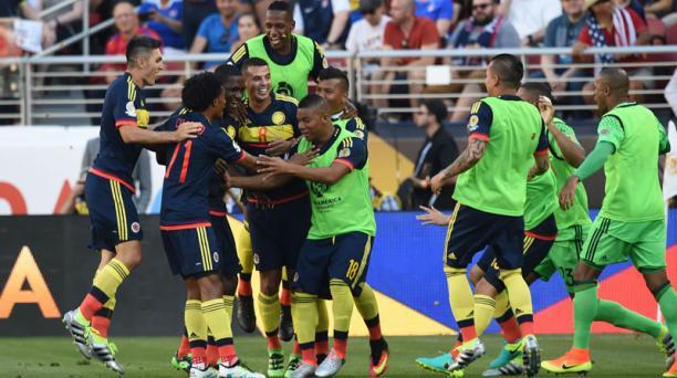 Cristian Zapata (tercero izq.) celebra con sus compañeros después de anotar el primer gol de la selección colombiana ante Estados Unidos en el partido inaugural de la Copa América Centenario en el Levi's Stadium. AFP
