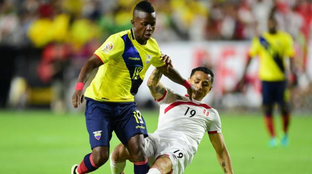 Juan Cazares (19) de la Selección de Ecuador pelea el balón con Yoshimar Yotun durante la segunda fecha del grupo B de la Copa America Centenario jugado en Glendale, Arizona. AFP