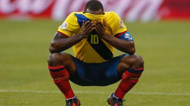 Walter Ayoví (10) de la Selección de Ecuador reacciona ante la eliminación a manos de Estados Unidos al final del cotejo jugado en el CenturyLink Field de Seattle. AFP