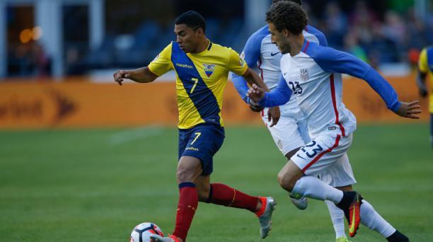 Jefferson Montero (17) de la Selección de Ecuador traslada el balón ante la marca de Fabian Johnson (23) de la selección de Estados Unidos durante el cotejo de los cuartos de final de la Copa América Centenario jugado en el  CenturyLink Field, Seattle. AF