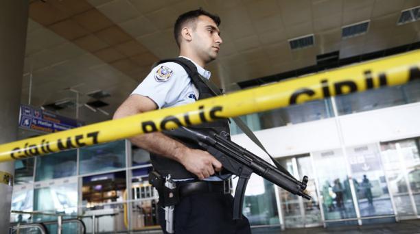 La Policía acordona una zona del aeropuerto internacional de Atatürk tras un atentado en Estambul (Turquía) hoy, 29 de junio de 2016.  Foto: EFE