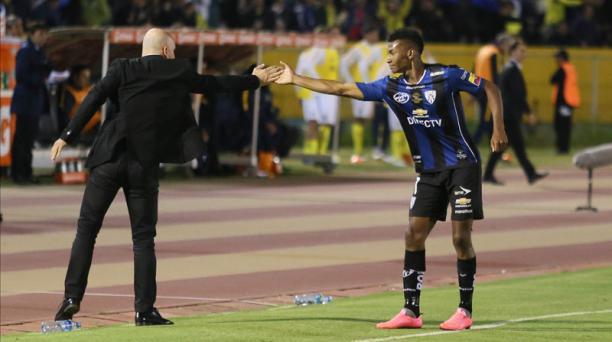 Bryan Cabezas junto con el entrenador Pablo Repetto del Independiente del Valle. Foto: Diego Pallero / EL COMERCIO