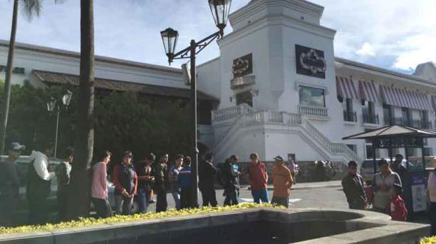 Los aficionados rodearon con su fila los exteriores del centro comercial San Luis Shopping, para comprar una entrada de la final de la Copa Libertadores. Foto: Juan Carlos Narváez/ EL COMERCIO