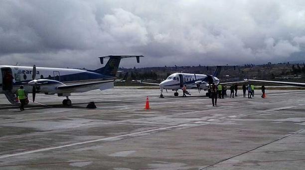 Imagen de hinchas del Atlético Nacional de Medellín descendiendo de las aeronaves, vistiendo la camiseta tradicional del equipo colombiano. Foto: Cuenta de Twitter DGAC Ecuador