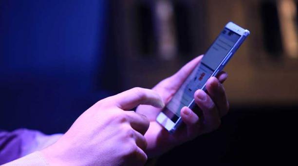 Lleve un celular con la carga de batería completa cuando salga a una caminata. Foto: Archivo / EL COMERCIO