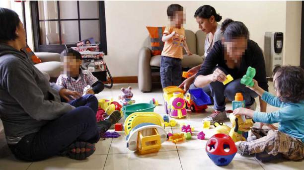 De izquierda a derecha, Dilan, Santiago y Gabriel juegan junto a sus madres en el consultorio médico. Ellos nacieron con anomalías congénitas. Foto: Víctor Muñoz / EL COMERCIO