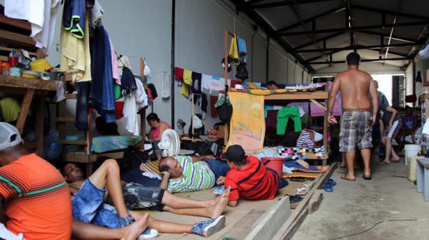 Unos 2 000 ciudadanos cubanos hacinados en improvisados albergues en la localidad colombiana de Turbo  pasan los días esperando noticias sobre su futuro para saber si podrán seguir su viaje a Estados Unidos o si serán deportados a su país. Foto: EFE