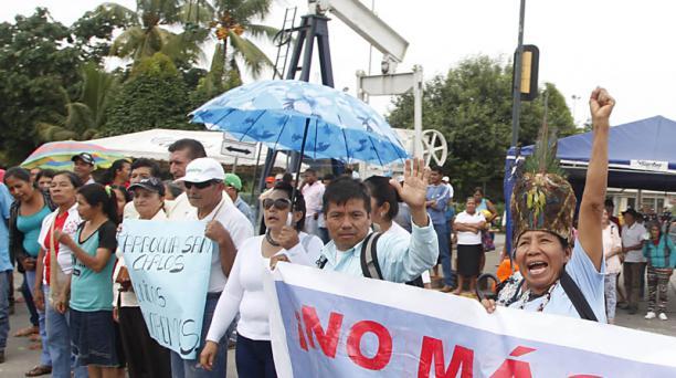 Proveedores de la firma Río Napo protestaron ayer en las inmediaciones del campo Sacha, que opera la compañía. Foto: Patricio Terán / EL COMERCIO