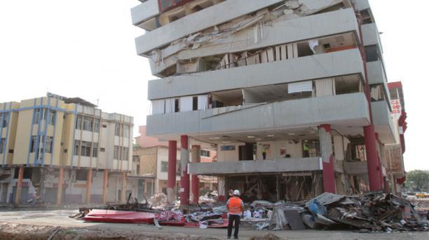 En las calles 9 Octubre y Rocafuerte Morales está ubicado el edifico de la Mutualista del Pichincha el cual será demolido con implosión. Foto: Mario Faustos / EL COMERCIO