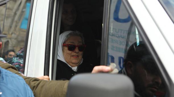 La presidenta de la asociación argentina Madres de Plaza de Mayo, Hebe de Bonafini, se negó hoy, jueves 4 de agosto de 2016, a declarar ante el juez y acudió a la Plaza de Mayo, donde fue respaldad por cientos de argentinos en Buenos Aires (Argentina). Fo