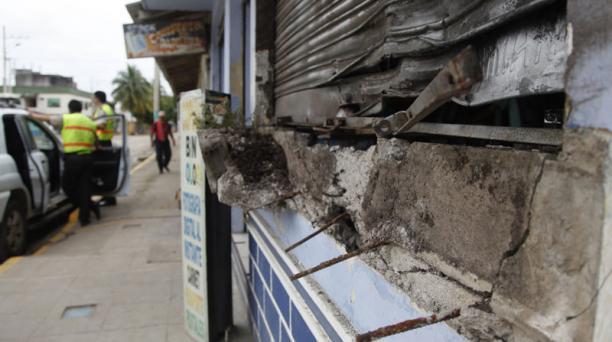 Resguardo oficial en la casa donde se registró una explosión en Sucumbíos. Foto: Patricio Terán / EL COMERCIO