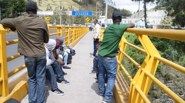 Ciudadanos de nacionalidad haitiana llegán hasta el puente de Rumichaca en la frontera entre Ecuador y Colombia. Foto: Francisco Espinoza para EL COMERCIO