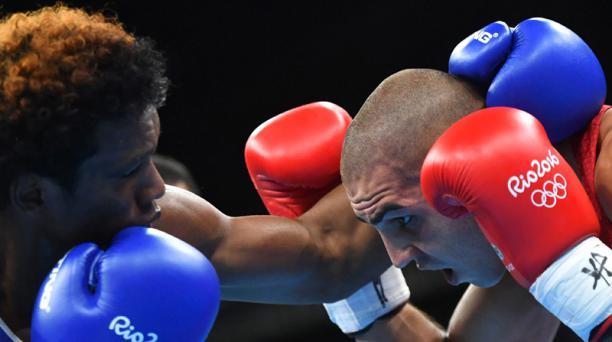 Mina, de 24 años, impuso el ritmo del combate con un ataque constante, y trabajó muy bien con 'jab'. Foto: AFP