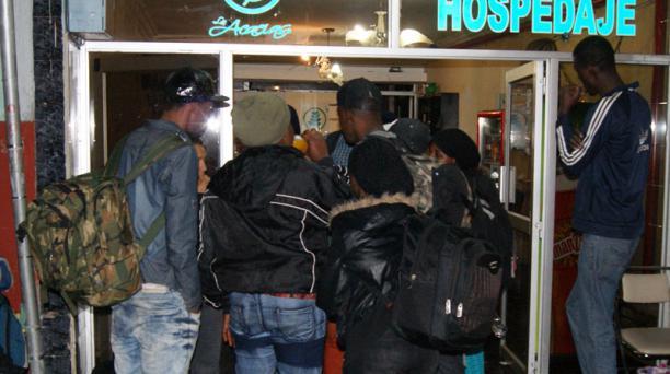 Un grupo de haitianos llegó la noche del sábado a Tulcán, antes de avanzar a Colombia. Foto: Francisco Espinoza para EL COMERCIO