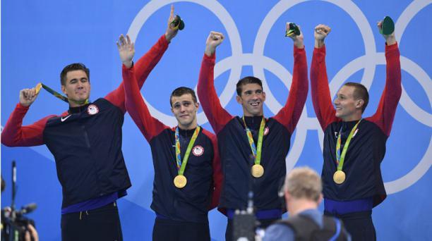 Miembros del equipo de Natación de Estados Unidos, (de izq. a der.) Nathan Adrian, Ryan Held, Michael Phelps, y Caeleb Dressel celebran después de ganar de los hombres 4x100m Relevo Libre última carrera de los Juegos Olímpicos Rio 2016. EFE