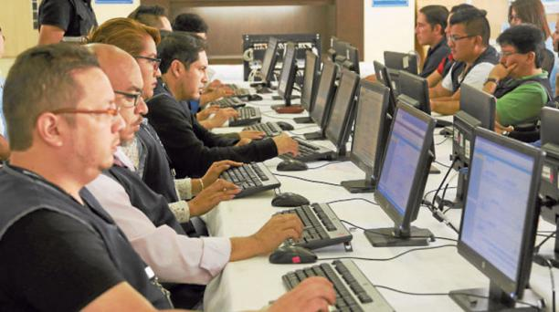 Los verificadores trabajan en el Centro de Mando del CNE, al norte de Quito, en las instalaciones del Cosffaa. Foto: Alfredo Lagla / EL COMERCIO