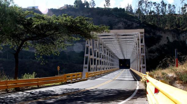 La circulación vehicular sobre el antiguo puente de El Chiche se mantendrá restringida tras el sismo de 4.7 Foto: Eduardo Terán / EL COMERCIO
