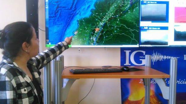 Gabriela Ponce, jefa de turno del Instituto Geofísico de la Escuela Politécnica Nacional, explica sobre las fallas geológicas de Quito. Foto: EL COMERCIO