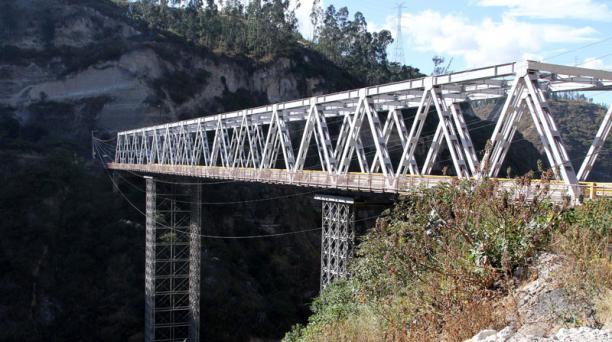 El antiguo puente del Río Chiche, en Tumbaco, fue cerrado a la circulación, lo que afectó al tráfico de ese valle. Foto: Eduardo Terán / EL COMERCIO