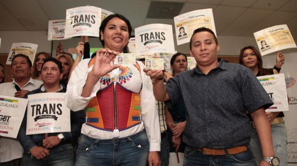Diana Rodríguez y George Hidalgo, con más integrantes de la comunidad de gais, lesbianas y trans, en el R. Civil.