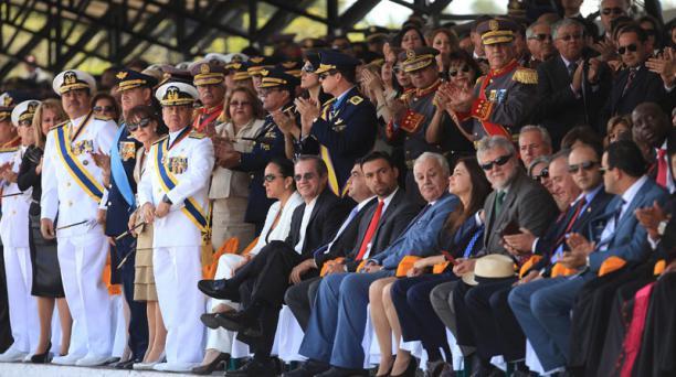 Los oficiales se pararon y aplaudieron al comandante del Ejército; el ministro Ricardo Patiño permaneció sentado. Foto: Julio Estrella / EL COMERCIO