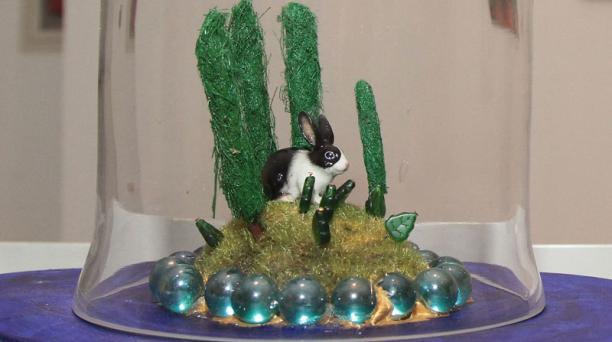 'Conejo en el bosque', objeto esculturado con canicas, hojas y madera, de la artista Pamela Hurtado.