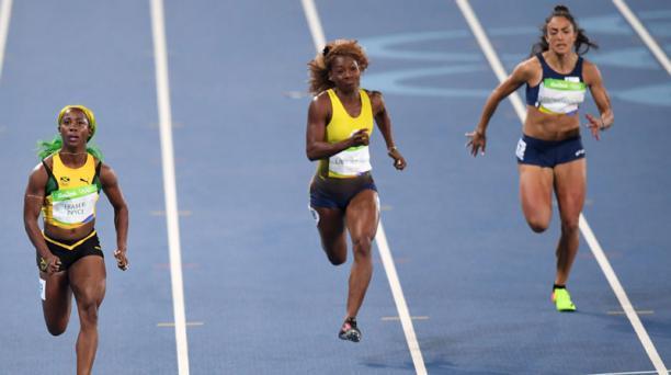 Shelly-Ann Fraser-Pryce, de Jamaica (izquierda), Narcisa Landazuri de Ecuador (al centro) y Anna Ramona Papaioannou de Chipre, durante la prueba femeninta de 100 metros en los Juegos Olímpicos de Río 2016. Foto: AFP