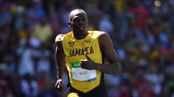 Usain Bolt pasó por pocos centímetros justo al final del tramo al representante de Bahréin, Andrew Fisher