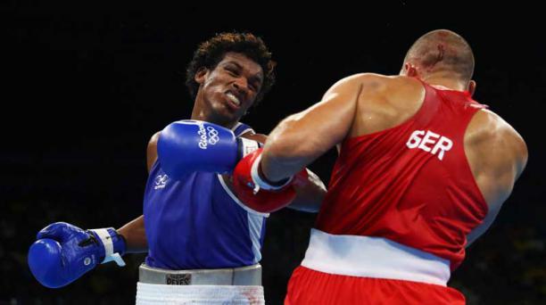 Carlos Mina (izq.) en su primera pelea con Serge Michel. Foto: AFP