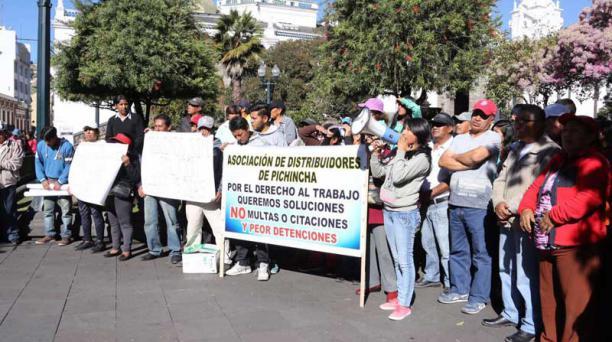 Los distribuidores de gas se reunieron desde las 08:00 de este miércoles 17 de agosto del 2016 en la Plaza Grande para exigir al alcalde de Quito, Mauricio Rodas, que los reciba. Su pedido es que les aprueben una nueva bocina para trabajar sin ser multado