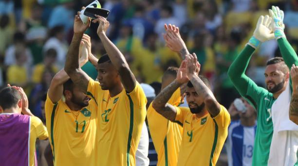 Los jugadores de Brasil  celebran la goleada de 6-0 propinada a su similar de Honcuras en el fútbol olímpico de Rio 2016. Foto: EFE
