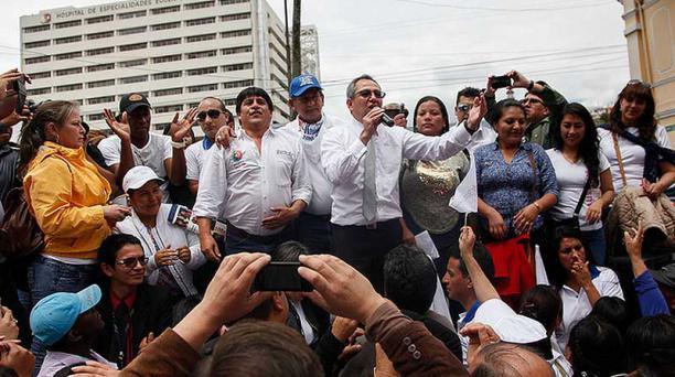 El 25 de julio, en los exteriores de la Asamblea, Wilmer Santacruz, principal de la Red de Maestros, acompañó al ministro Espinosa en la tarima. Foto tomadas del Flicker del Ministerio de Educación