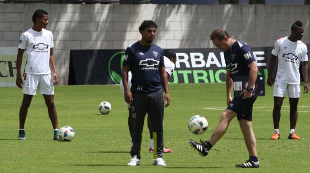 Álex Aguinaga domina la pelota en una práctica de Liga de Quito. Foto: Vicente Costales / EL COMERCIO