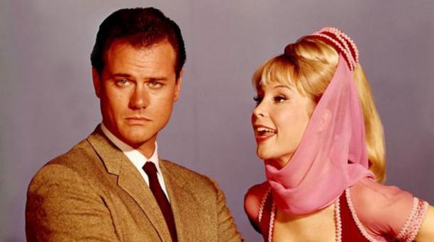 Larry Hagman (der.) y Barbara Eden (izq.) fueron los protagonistas de la serie de televisión 'Mi bella genio'.