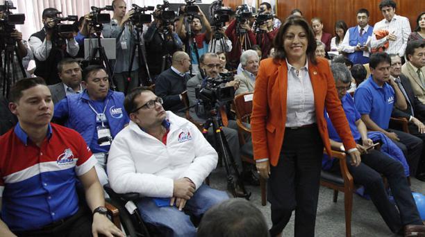 Iván Espinel (izq.) y Wilma Andrade (centro) lideran dos de las agrupaciones nacionales que se inscribieron ayer. Foto: Patricio Terán A. / EL COMERCIO