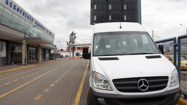 20 microbuses transportarán a los usuarios del aeropuerto Mariscal La Mar de Cuenca hacia Quito y Guayaquil y viceversa. Foto: Xavier Caivinagua para EL COMERCIO