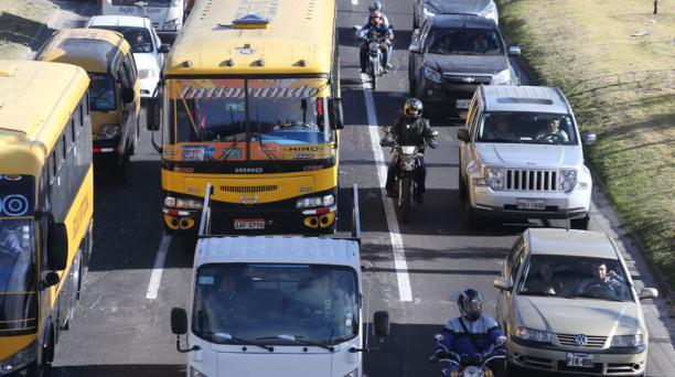 La infracción más frecuente es rebasar por entre dos vehículos. Foto: Alfredo Lagla /EL COMERCIO