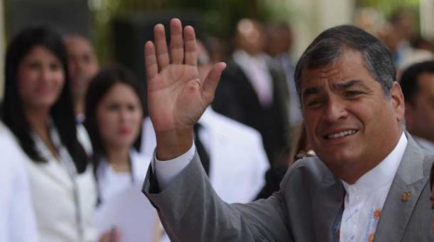 El presidente de Ecuador Rafael Correa saluda a su llegada al acto de juramentación del segundo mandato del gobernante de República Dominicana, Danilo Medina, el 16 de agosto de 2016, en Santo Domingo (República Dominicana). Foto: EFE