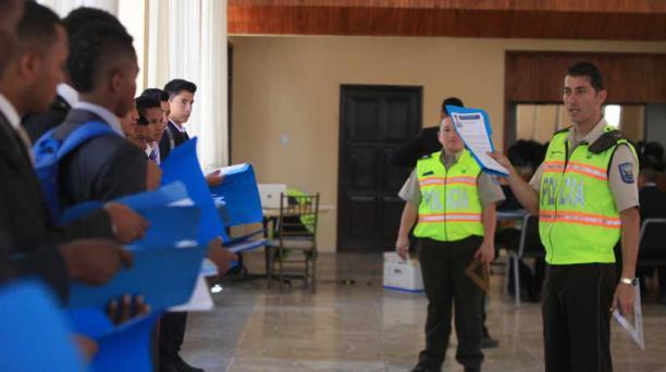 El 8 de agosto, jóvenes postulantes entregaron sus documentos en el Club de Oficiales de la Policía, en Quito. Foto: Julio Estrella / EL COMERCIO