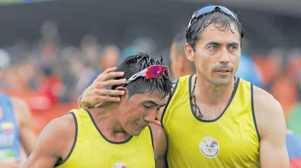 Byron Piedra (der.) consuela a Segundo Jami, en la maratón disputada el 21 de agosto. Foto: EFE