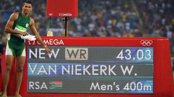 Wayde Van Niekerk señalando su récord mundial en los 400 metros planos en Río 2016. Foto: AFP