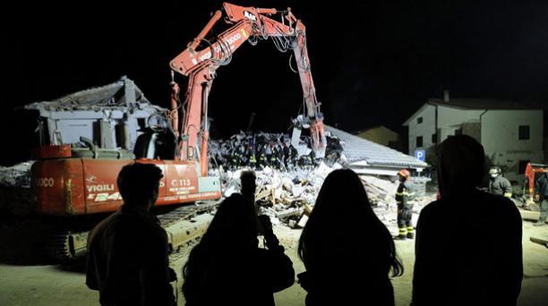 Los bomberos trabajan en las labores de rescate de víctimas entre los escombros de un edificio derrumbado en Amatrice, centro de Italia, hoy, 25 de agosto de 2016. Foto: EFE