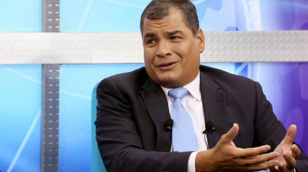 El presidente Rafael Correa en diálogo con un medio de comunicación, en Cuenca. Foto: Tomada del Flickr de la Presidencia