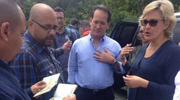 La precandidata Cynthia Viteri denunció que el Servicio de Inteligencia de Venezuela, retiró los pasaportes a la comisión que la acompañaba en el país. Fotografía tomada de la cuenta de Twitter @twittar27