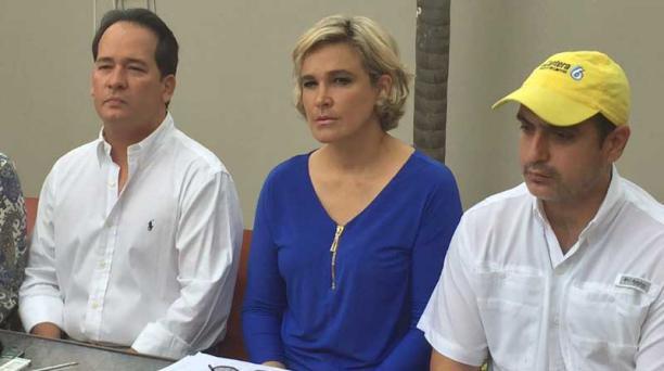 La asambleísta y precandidata presidencial Cynthia Viteri, junto a Henry Cucalón, habló sobre el incidente de la expulsión de Venezuela. Foto: Mario Faustos/ EL COMERCIO