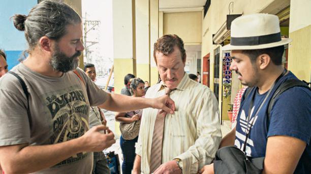 Sebastián Cordero (izq.) dirigió el filme donde el actor Andrés Crespo (centro)  interpretó al abogado Lisandro Terán. Foto: Cortesía Sin Muertos No Hay Carnaval.