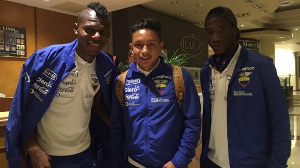 Robert Arboleda, Cristian Ramírez y Luis Caicedo, seleccionados ecuatorianos, al llegar al aeropuerto de Lima la noche del 4 de septiembre del 2016. Foto tomada de la página de la Ecuafútbol