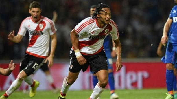 El defensa ecuatoriano Arturo Mina, de River Plate, celebra el gol ante Talleres de Córdoba en el fútbol argentino. Foto tomada de la cuenta de Twitter@CARPoficial