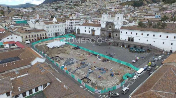 En la plaza de San Francisco los técnicos del Municipio de Quito informaron que encontraron que el área había sido intervenida hace años atrás, en la época moderna. Foto: Archivo/ EL COMERCIO